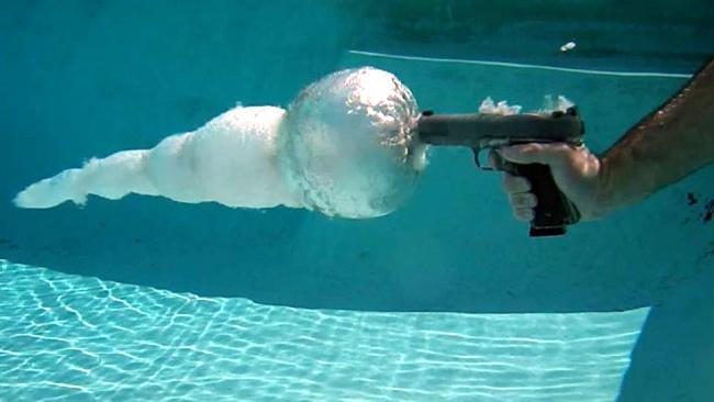 Τι γίνεται όταν πυροβολούμε μέσα στο νερό;